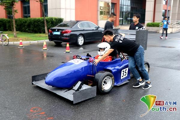50余名大学生自主设计酷炫赛车 花费近一年时间