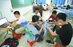 广州一学校批准学生在教室打麻将