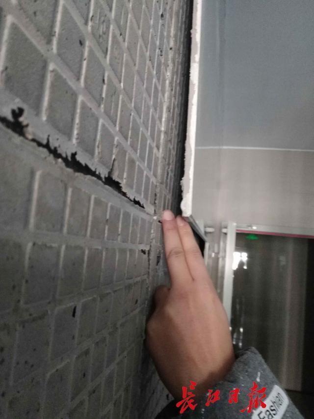武汉一小区楼栋常掉瓷砖吓坏居民 被责令维修