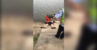 大冶一男子小区门口驾车冲进湖中 不幸溺亡