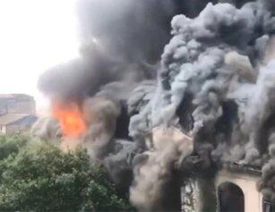 武汉闹市一百年老建筑起火 施工负责人已被控制