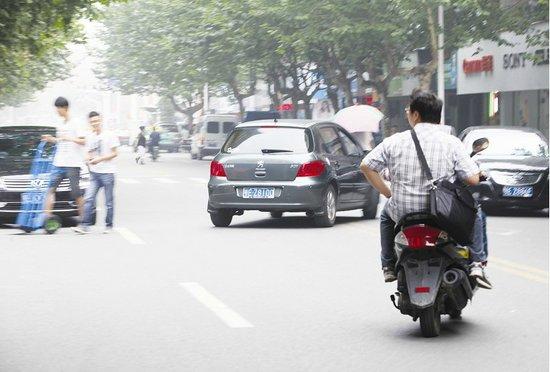 宜昌 机动车频在双 黄线 上 掉头 给交通安全埋隐高清图片