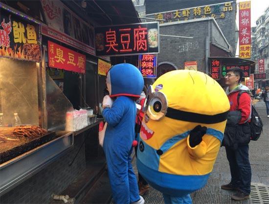 蓝胖子流落街头用卫生巾换食卓琳视频图片