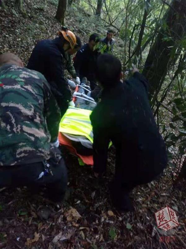 黄石独自穿越原始森林摔伤 警民16小时紧急搜救
