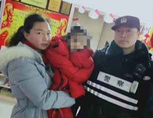 2岁女童大冬天身穿单薄秋衣徘徊街头找妈妈