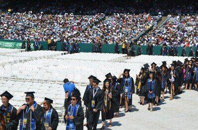 2015年的毕业生,工作前景比去年好。(美国《世界日报》资料照片)