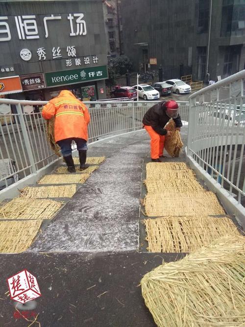 武汉城管部门撒盐三百余吨 控制道路桥梁结冰