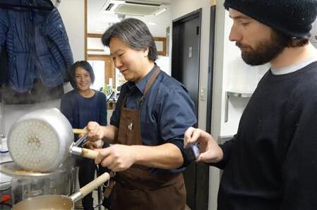 日本拉面文化流行 外国游客在日本学做拉面