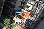 2岁小孩反锁家中数小时 消防员悬空15米破窗救人