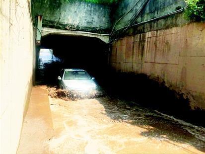 武汉一铁路涵洞渍水多日 人车通行极为不便