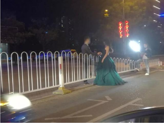 恩施一对新人晚上在马路中间拍婚纱照 被市民举报