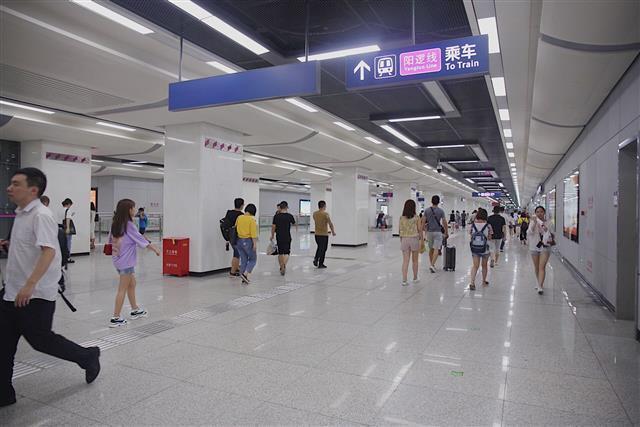 武汉地铁阳逻线晚上8点半无车 市民盼延迟收班