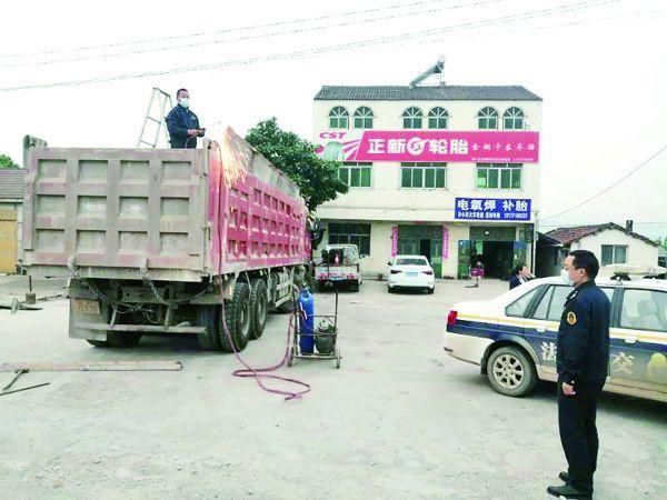 湖北荆门一货车非法加高墙板被强制割除