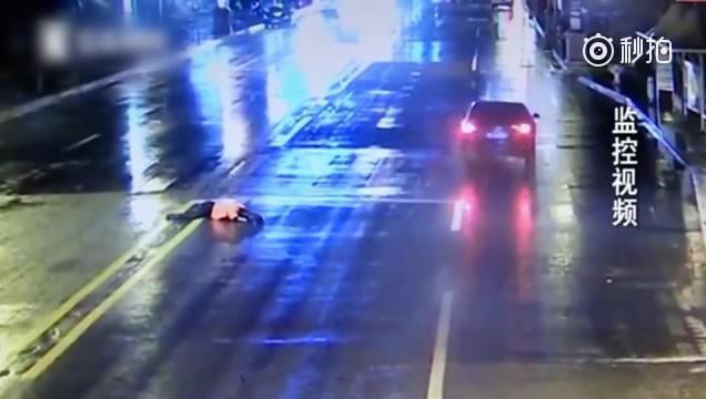 女子过马路被撞_钦州一女子过马路被撞身亡交警提醒过马路要