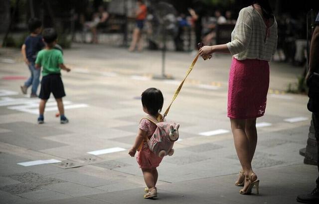遛娃经济火热 遛娃师专门陪孩子玩就能月入万元