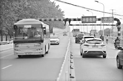 马池桥上的限高杆阻挡大车通行。(记者 刘斌 摄)