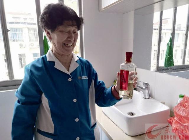 """71岁""""保洁老太""""一餐要喝半斤白酒"""