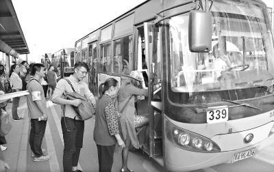 昨日,339路微公交线新增五台公交车投入运营缓解交通压力。17时30分,金银潭地铁公交站乘客有序上车。(记者刘 斌 摄)