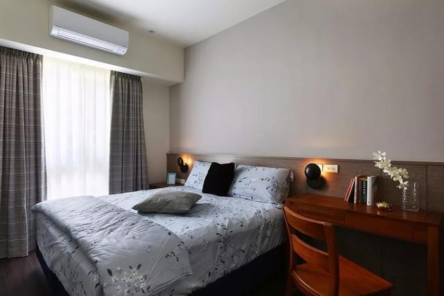 床头背景墙并没有挂画,但床头的吊顶灯和背景墙半贴木板的设计,已经不图片