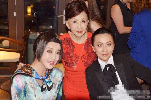 近期四婚的刘晓庆就晒了一张和某年轻男子的紧密相依照,二人盛装