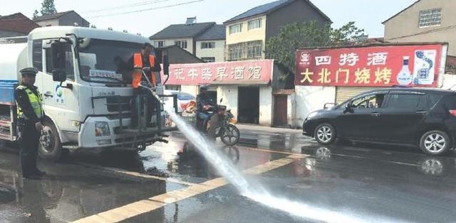 50多米油污带滑倒不少骑车人 交警及时清理隐患