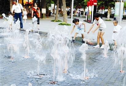 图文:武汉高温下的纳凉镜头 喷泉成孩子乐园