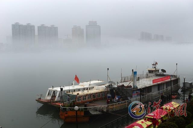 汉江水面云雾缭绕两岸建筑如悬空 似海市蜃楼