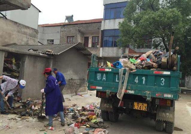 老人捡垃圾上瘾 民警从他屋子里清出近30车垃圾