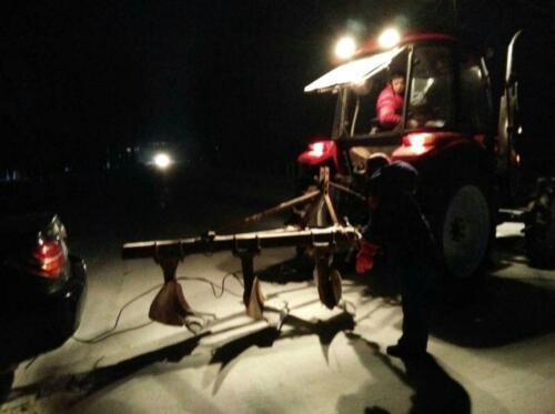 女司机雪天驾车滑入深沟 加油站员工热心救助