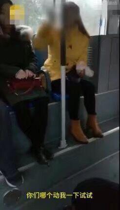 女子公交上吃饺子被批 怒怼:哪个动我试试