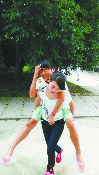 室友腿部受伤同寝姐妹背去教室 中国好室友获赞