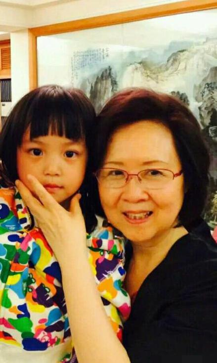 赵薇一家游台湾晒合影 琼瑶与小四月似是亲祖孙