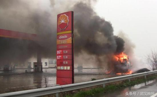 湖北一货车在高速加油站起火 现场火光冲天