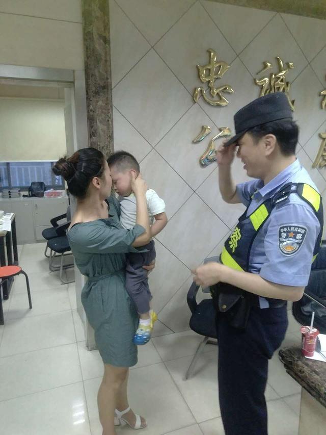 江岸巡警爱心传递 民警怀抱熟睡幼童找到母亲