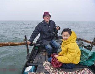 爸爸摇船接送女儿上学2年半:陪孩子成长更重要