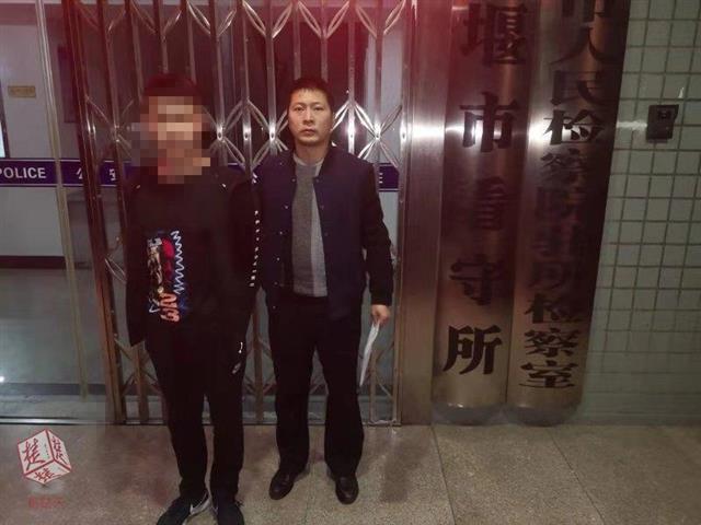 """男子先卖网投平台APP再""""借""""走用 骗取店老板3800"""