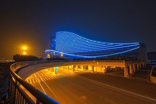 远看像是一只可爱的江豚,坐落在武汉的长江湖畔,设计感让人惊艳到