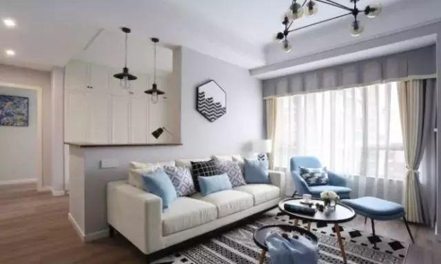 设计师在沙发后用一堵矮墙作隔断,为主人开辟出一个独立的工作图片