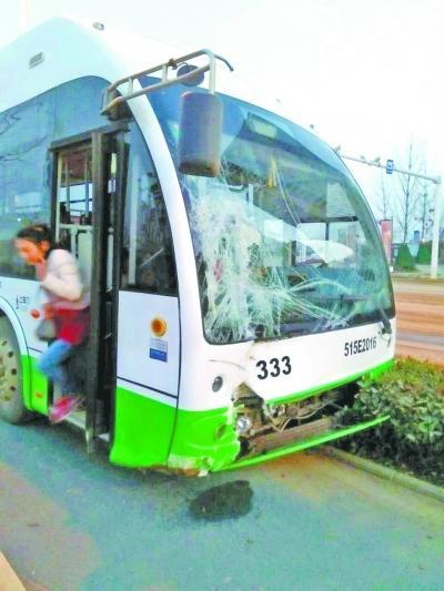 公交及时避让闯红灯渣土车 乘客建群为司机点赞