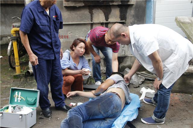 黄石一货车失控撞上居民楼 消防官兵紧急救援