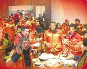 宜昌一火锅店免费宴请环卫工人团年 传递温暖