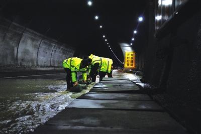 沪渝高速齐岳山隧道渗水 高速工作人员奋力抢险
