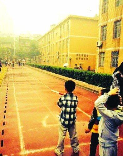 武汉一小学冒雨办运动会 家长表示不满(图)