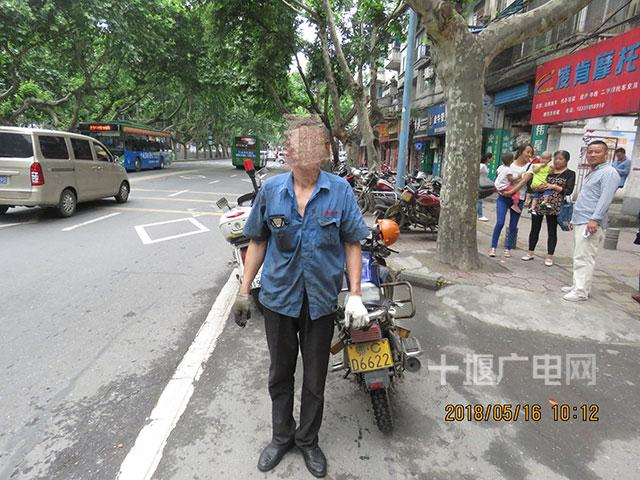男子在十堰街头无证驾驶摩托冲卡 被交警查获