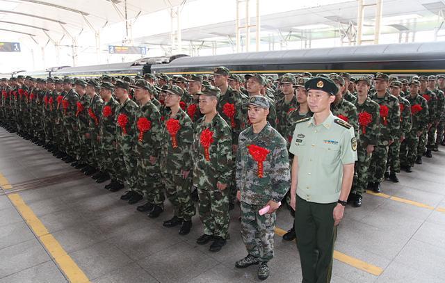 首批新兵在站台集结(摄影记者 洪培舒 拍摄)