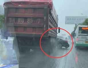 惊呆!武汉一大货车推着小车在马路狂飙