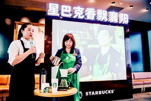 图为:在开业仪式上,星巴克中区营运总监谭欢仪女士亲手制作一杯手冲咖啡