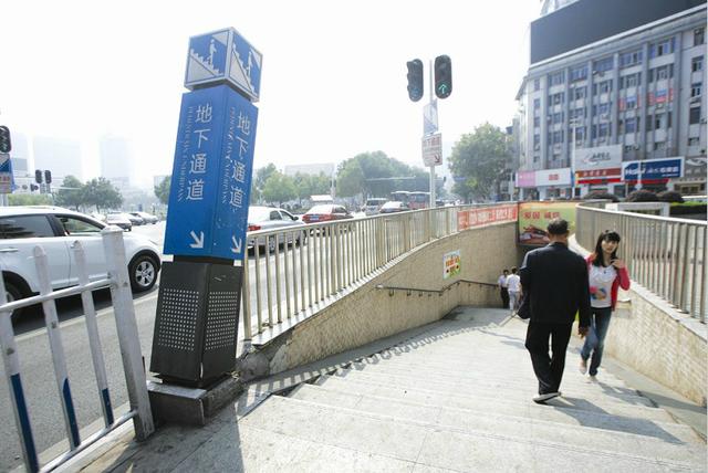 西陵一路口指示牌倾斜 城管部门 将尽快维修图片