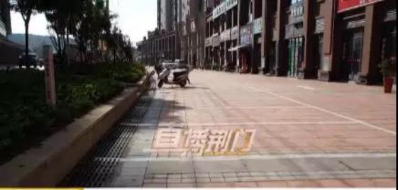 """荆门荆南熙园小区开发商""""私划""""停车位 合规吗"""