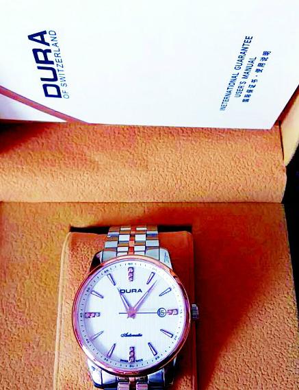 老人参加580元港澳游 花2万元买回两块这种手表